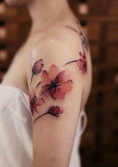Completamente apaixonada por essa tatuagem. Desenho, cores, efeitos, a altura certinha no braço, a delicadeza....que coisa mais linda!
