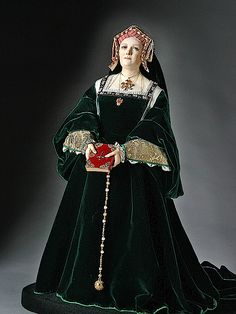 This isGeorge Stuart'sfigurine of Catherine of Aragon in a velvet dress with English hood Dinastia Tudor, Los Tudor, Queen Mary, Princess Mary, Historical Costume, Historical Clothing, Historical Photos, Katharina Von Aragon, Estilo Tudor