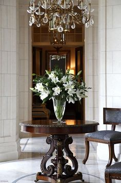 Foyer inspiration: always use fresh flowers --add seasonally appropriate color t. Foyer inspiration: always use fresh flowers –add seasonally appropriate color to suit occasion. Classic Interior, Home Interior, Interior And Exterior, Interior Design, Entrance Table, Entry Tables, Entryway Round Table, Foyer Table Decor, Entryway Ideas