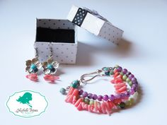 Set cercei si bratara Pietre semipretioase: quartz roz, jade verzi, turcoaz si mov Accesorii metal: tip floare Jade, Crochet Earrings, Handmade Jewelry, Passion, Diy Jewelry, Hand Print Ornament, Craft Jewelry, Handcrafted Jewelry