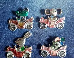 Советские значки, комплект из четырех штук, значки СССР, Чебурашка, крокодил, кошка, заяц. Старинные этикетки 1970-80г.