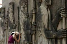 Uma menina indiana Parsi reza  encostada nas figuras em relevo dos cavaleiros em um templo do fogo no Ano Novo Parsi 'Navroze' em Mumbai.   Os seguidores Parsis, do zoroastrismo, uma pequena comunidade religiosa que existe em grande parte em Mumbai, foram exilados do Irã no século 7 dC durante a perseguição religiosa pelos muçulmanos.   Os seguidores do zoroastrismo indianos são chamados de Parsis porque a religião chegou à Índia da Pérsia.