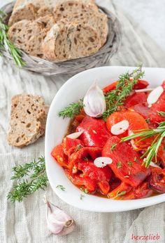 """Gegrillte Paprika, eingelegt in einer raffinierten Marinade aus Olivenöl, Balsamico dürfen auf meinem Tisch im Sommer nicht fehlen! Ganz wichtig im Rezept sind der Knoblauch und die frischen Kräuter. Um den fruchtigen Geschmack noch etwas hervorzuheben, gebe ich etwas geriebene Zitronenschale … <a href=""""http://herzelieb.de/gegrillte-paprika-rezept-antipasti-selbermachen/"""">Weiterlesen</a>"""