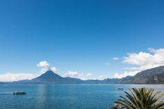 Découvrir le Guatemala par région (Detour Local) -> Vue du lac Atitlán à partir du village de Panajachel www.detourlocal.com/que-faire-guatemala/