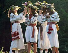 Embroidery Folk Midsummer Celebrations The Vinok (or flower crown) is a traditional symbol of Midsummer in the Ukraine. Folk Costume, Costumes, Flower Headdress, Ukraine Girls, Do It Yourself Fashion, Ukrainian Art, Folk Embroidery, Thinking Day, Summer Solstice