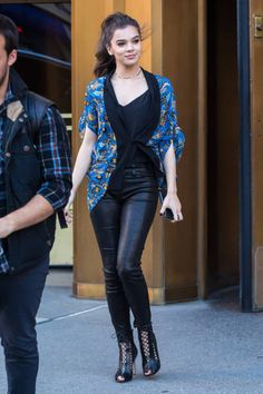 Hailee Steinfeld Street Style, Hailee Steinfeld Street fashion, Hailee Steinfeld Street Fashion, Hailee Steinfeld Photos, Images and Pictures Trendy Fashion, Girl Fashion, Trendy Style, Female Fashion, Fashion Women, Celebrity Wallpapers, Famous Women, Beautiful Celebrities, Divas