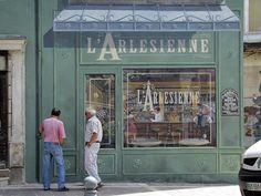 L'Arlésienne, nom bien choisi pour une boutique virtuelle.. / Street art. / By Patrick Commecy.