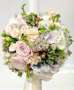 Sweet, aranjament pentru lumanare de nunta, din trandafiri, hortensie alba, hortensie bleu, hortensie roz, hypericum corai, mattiola, frezie alba, miniroze, floare de orez. Wedding arrangement made of blue, pink and white Hydrangea, coral hypericum, mattiola, white freesia, rice flower