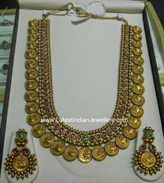 Heavy traditional antique gold kasu haram in dull finish featuring peacock design motif gold coins. Studded with a line of oval shaped red kundans Indian Jewellery Design, Latest Jewellery, Indian Jewelry, Jewelry Design, Antique Jewellery, Gold Gold, Collier Antique, Bracelets Design, Temple Jewellery