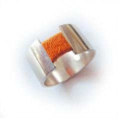 Ring gecombineerd met oranje draad.