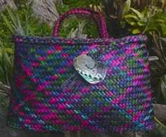 photo of coloured flax kete by Kerrin Taylor Flax Weaving, Basket Weaving, Hand Weaving, Woven Baskets, Woven Bags, Flax Flowers, Polynesian Art, Maori Designs, Arts And Crafts
