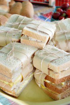 Puro charme: Sanduíches naturais embrulhados com papel craft e barbante.