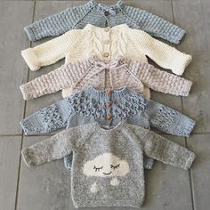 Free Knitting Pattern Baby Cardigan with Cables Baby Knitting Patterns, Knitting Blogs, Knitting For Kids, Baby Patterns, Free Knitting, Knitting Projects, Knit Baby Sweaters, Knitted Baby Clothes, Baby Knits