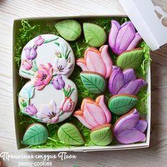 участвую в #конкурс_8_марта_рокицкая . @dashuniarokitskaya @formo4ki.cookies from Один набор получился таким. Тут только тюльпаны, без других цветов. Как раз поместился в коробку 20на20см. Делала один большой набор, но просится разбить на 2 набора. Watercolor spring cookies for international women day on 8 March #springcookies #cookies #royalicing#пряникивмоскве #handmade#cookiedecorating #cookieart#пряникиназаказ #королевскаяглазурь#ручнаяработа…