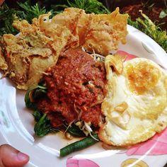 Makan Siang Nya Pilih Pecel Ala MamaPeyekCeplok Telur #pecel #yummy #likeit #lunch #spicy #favorite #cooking #mom #thanksgod #instagood #instamood #instagram #foodgasm #foodporn #foodlover #foodstagram #foodphotography #bengkulufoodlovers #bengkulufood #bengkulu #indonesia by @homemazuka - more recipes at www.tomcooks.com