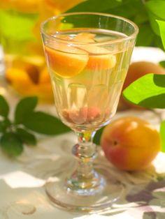 Broskyňový likér s medom Summer Drink Recipes, Summer Drinks, Cocktail Recipes, Effen Cucumber Vodka, White Cranberry Juice, Cherry Vodka, Orange Wheels, Apple Mint, Raspberry Liqueur