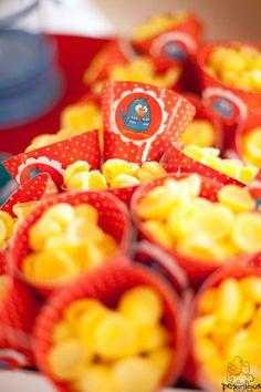 Cone para cheeps (salgadinhos, pipocas, biscoitos) ou doces. Esse cone é muito usado para servir as crianças em festas infantis. Ele também pode ser utilizado para acondicionar doces e guloseimas como lembrança do aniversário.  Cone com aplique em 3D de personagem Galinha Pintadinha. A arte gráfica deste produto é totalmente personalizada. Fazemos em qualquer tema.