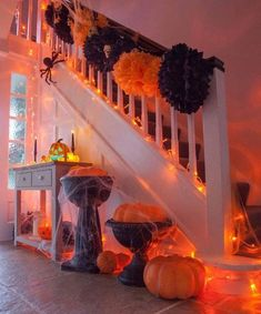 Black & orange pom poms, pumpkins and spiders! Everything you need for a Halloween hallway! Black & orange pom poms, pumpkins and spiders! Everything you need for a Halloween hallway! Spooky Halloween, Halloween Party Kinder, Halloween Mignon, Halloween Home Decor, Halloween Birthday, Outdoor Halloween, Halloween Party Decor, Halloween 2019, Holidays Halloween