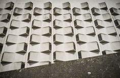 Intrigerende gesloten gevel van het technische gebouw en parkeergarage bij het Belgacom-complex in Gent. Of het nou mooi of lelijk is verschillen de meningen nogal. Onaangenaam fotogeniek zou je het kunnen noemen. Het blok wordt in de Gentse volksmond ook wel de Bunker genoemd. Het gehele complex is ooit verkozen tot lelijkste gebouw van Gent en gaat binnenkort op de schop.