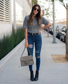 Combinar o cinto com o sapato rola super, ainda mais em uma combinação mais básica como uma camiseta cinza, calça jeans destroyed e bota
