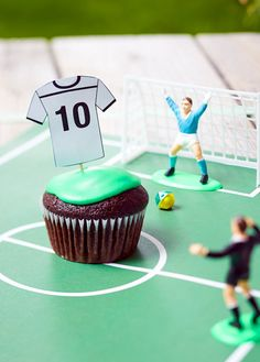 Schoko-Fußball-Muffins Covered with green icing and jersey skewers inside, the chocolate muffins are Chocolate Footballs, Chocolate Muffins, Soccer Party, Soccer Ball, Themed Cupcakes, Partys, Skewers, Icing, Birthday Parties