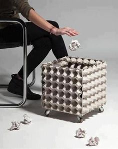 Solução simples de lixeira usando bandejas para ovos.  viaecosavvyrebel
