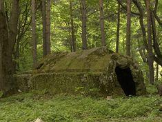 Tara a Buzau Mountains. A giant monolith dolmen, the enigmatic Country Luan. Tourist Places, Best Places To Live, Ancient Artifacts, Best Memories, Mountains, Aliens, Castles, Stones, Houses