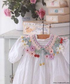 Pretty vintage dress collar crochet inspiration for woolly lovers to decorate spring or easter dresses Colar de crochê colorido Crochet Yoke, Crochet Fabric, Crochet Collar, Baby Girl Crochet, Crochet Baby Clothes, Crochet Art, Crochet For Kids, Crochet Flowers, Crochet Stitches