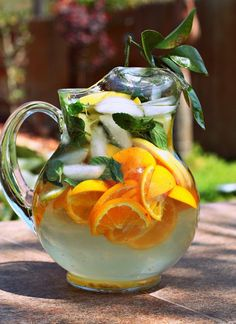 Citrus-Mint Spa Water - looks wonderful! Foods For Healthy Skin, Healthy Smoothies, Easy Healthy Recipes, Healthy Drinks, Healthy Life, Healthy Living, Mint Water, Spa Water, Water Recipes