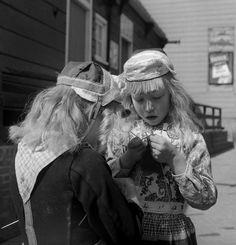 Meisjes in klederdracht, Marken (1950-1960) fotograaf: Oorthuys, Cas #NoordHolland #Marken