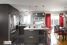 Qui a dit qu'une petite cuisine ne pouvait pas être belle et pratique ? Decor Interior Design, Interior Decorating, Kitchen Decor, Kitchen Design, Kitchen Remodel, Sweet Home, New Homes, Dining Room, Table