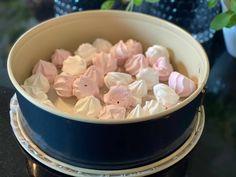 Enkel og kjempegod hjemmelaget iskake med bringebær og pikekyss - Franciskas Vakre Verden Recipe Boards, Icing, Food And Drink, Desserts, Recipes, Cakes, Tailgate Desserts, Deserts, Cake Makers