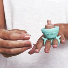 This Genius New Nail Polish Holder Makes Painting Your Nails SO Much Easier - Nail Polish Holder, New Nail Polish, Nail Polish Bottles, Nail Polish Colors, Manicure Tools, Nail Tools, Diy Manicure, Us Nails, Hair And Nails