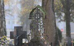 Kunstvolle Grabkreuze. Impressionen vom Leonhardsfriedhof in Schwäbisch Gmünd.