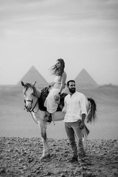 A pre-wedding horseback ride through the pyramids in Egypt | Image by Eric Ronald
