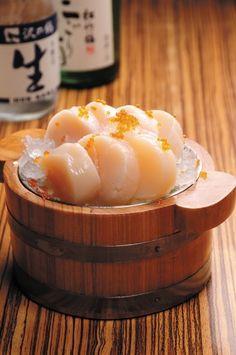 Scallop Sashimi: should eats with fresh live shell. Japanese Food Sushi, Japanese Dishes, Comida Pizza, Dessert Chef, Onigirazu, Sashimi Sushi, Sushi Love, Tempura, Food Cravings