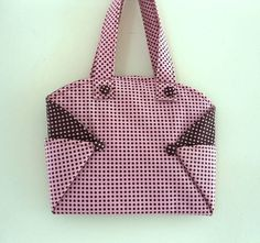 Bolsa em tecido de algodão forrada em composé, com detalhes nas dobraduras e botão coberto. Ideal para levar seu notebook.