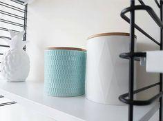Foto van @jessjitske Leuke voorraadpotten en -blikken te koop bij Action. De blauwe pot is van keramiek (115 cm) en is verkrijgbaar voor 249. Het witte blik (14 cm) is te koop voor 132. Allebei hebben ze een bamboe dekseltje. De voorraadpotten en - blikken zijn verkrijgbaar in verschillende formaten kleuren en met diverse patronen.