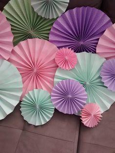 Rosetas em leques feitas com papel de alta gramatura, 180 g/m. Lindas para decorar sua festa. <br> <br>Para outros tamanhos consulte o preço.