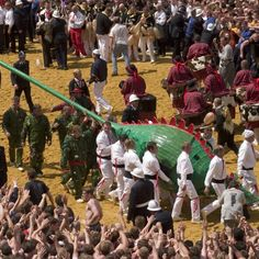 It is some kind of procession. It is important for all the Montois that the dragon reaches the belfry. The Doudou is an UNESCO world heritage. Dou Dou, Festivals Around The World, In 2015, Folklore, Around The Worlds, Dragon, City, Heart, Fiestas