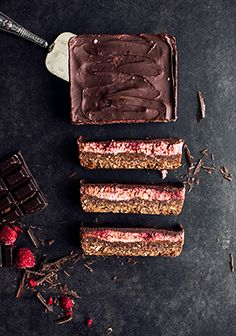 Date, chocolate & raspberry bars (made with white beans puree) - Trois fois par jour Vegan Treats, Vegan Desserts, Just Desserts, Dessert Recipes, White Bean Puree, Raspberry Bars, Love Is Sweet, Melting Chocolate, Sweet Recipes