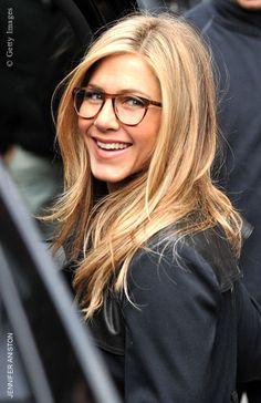Selbst Jennifer Aniston trägt Hornbrille  https://www.blickcheck.de/sehhilfen/brillen/styling-und-trends/hornbrillen/