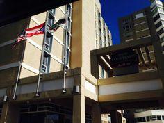 Hotel Mariott 8:38 a.m. domingo, 27 de octubre de 2013. Aquí se puede apreciar la utilización de banderas durante el fin de semana, lo cual rompe con uno de los artículos del código de banderas. Por otra parte se esta cumpliendo con el orden a seguir en la colocación de las mismas,  Estados Unidos, Puerto Rico y luego la bandera corporativa de esta empresa hotelera.  También se puede apreciar que el color azul, utilizado en la bandera de Puerto Rico, es uno erróneo,  ya que, es un azul…