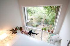 Het architectenstel Gwendolyn Huisman en Marijn Boterman ontwierp in Rotterdam een huis voor zichzelf in samenwerking met JagerJanssen architecten. Een smal kavel met een centrale kern bekleed met multiplex verborgen ramen in de bakstenen buitenmuur en een lekker hangvangnet in de vide.