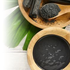 Purifying and environmentally friendly, charcoal is a strong ally to add to your beauty routine. Biore Charcoal, Small Pimples, Mens Shampoo, Crest 3d White, Charcoal Toothpaste, Dove Men Care, Walnut Shell, Beauty Routines