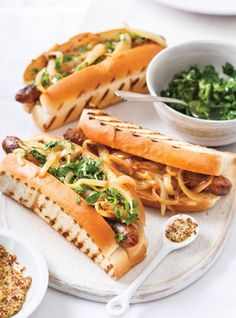 Ricardo recipe of merguez hot dogs with caramelized onions Gourmet Hot Dogs, Hot Dog Toppings, Ricardo Recipe, Kebab, Restaurant Branding, Dog Recipes, Caramelized Onions, Easy Cooking, Food Inspiration