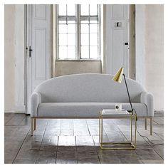 Canapé salon 2 places DIVINE en tissu gris clair, bien dans l'esprit du design scandinave contemporain : une forme indémodable toute simple et de beaux matériaux. DIVINE est édité par la marque Bloomingville