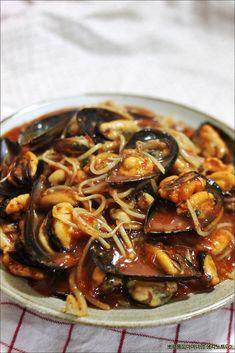3500원짜리 홍합콩나물찜~홍합국물과 콩나물과 매콤한 양념의 조 – 레시피   다음 요리 Spicy Recipes, Asian Recipes, Cooking Recipes, Kimchi, No Cook Meals, Food To Make, Korean Side Dishes, Main Dishes, Roasted Tomatoes