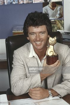 American actor Patrick Duffy showing smiling the Telegatto award in the editorial office of the magazine TV Sorrisi e Canzoni. Patrick Duffy is one of the performers of the TV series Dallas. Dallas Series, Dallas Tv Show, Southfork Ranch, Montana, Patrick Duffy, Victoria Principal, Texas, Astro, Classic Series