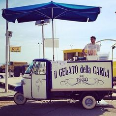 If that umbrella starts spinning this fabulous Piaggio Ape will take off! From Genoa the 85 year old gelato makers @ilgelatodellacarla _